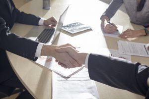 握手するビジネスシーン