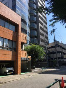 左側2件目の9階建てのビル(1階が着物屋さん)の4階に名古屋国際法律事務所があります